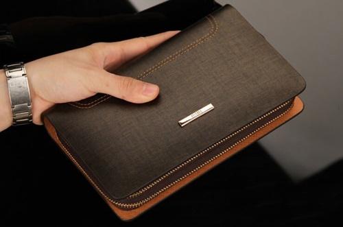 cách sử dụng ví nam, Cách sử dụng ví nam cầm tay của anh Đàm có gì đặc biệt?