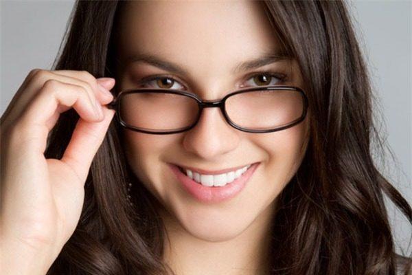 kính cận cho mặt tròn, Bí kíp chọn kính cận cho mặt tròn CỰC CHUẨN giúp gương mặt thon gọn